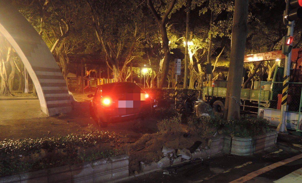吳姓男子今天凌晨2時許,駕駛BMW轎車行經板橋區廣權路時,疑似車速過快,失控直衝...