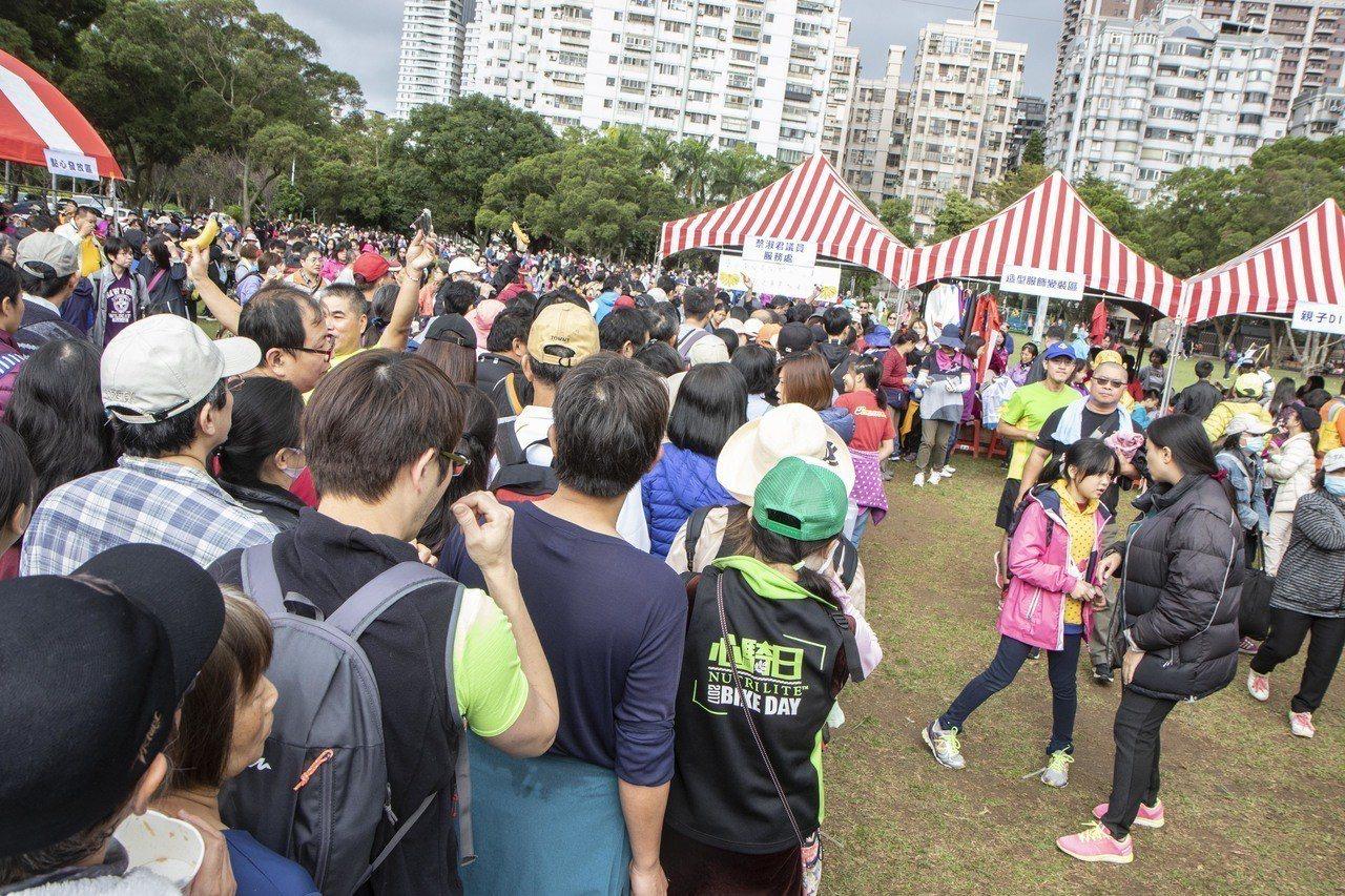 新北林口區公所今舉辦親子健行活動,會場內的香蕉、御飯糰受到民眾的喜愛。記者王敏旭...