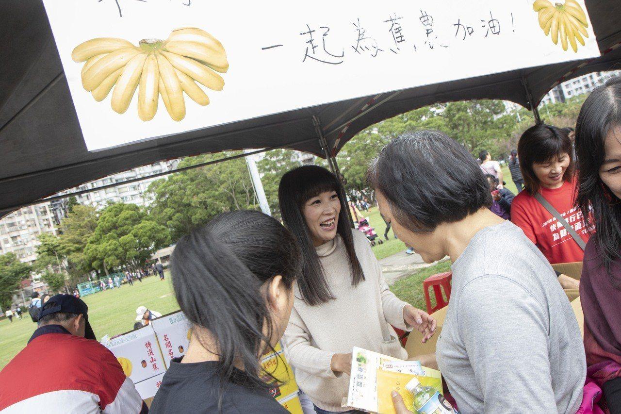 林口親子健行活動吸引大小朋友前往參加,市議員蔡淑君準備香蕉、御飯糰讓民眾填飽肚子...