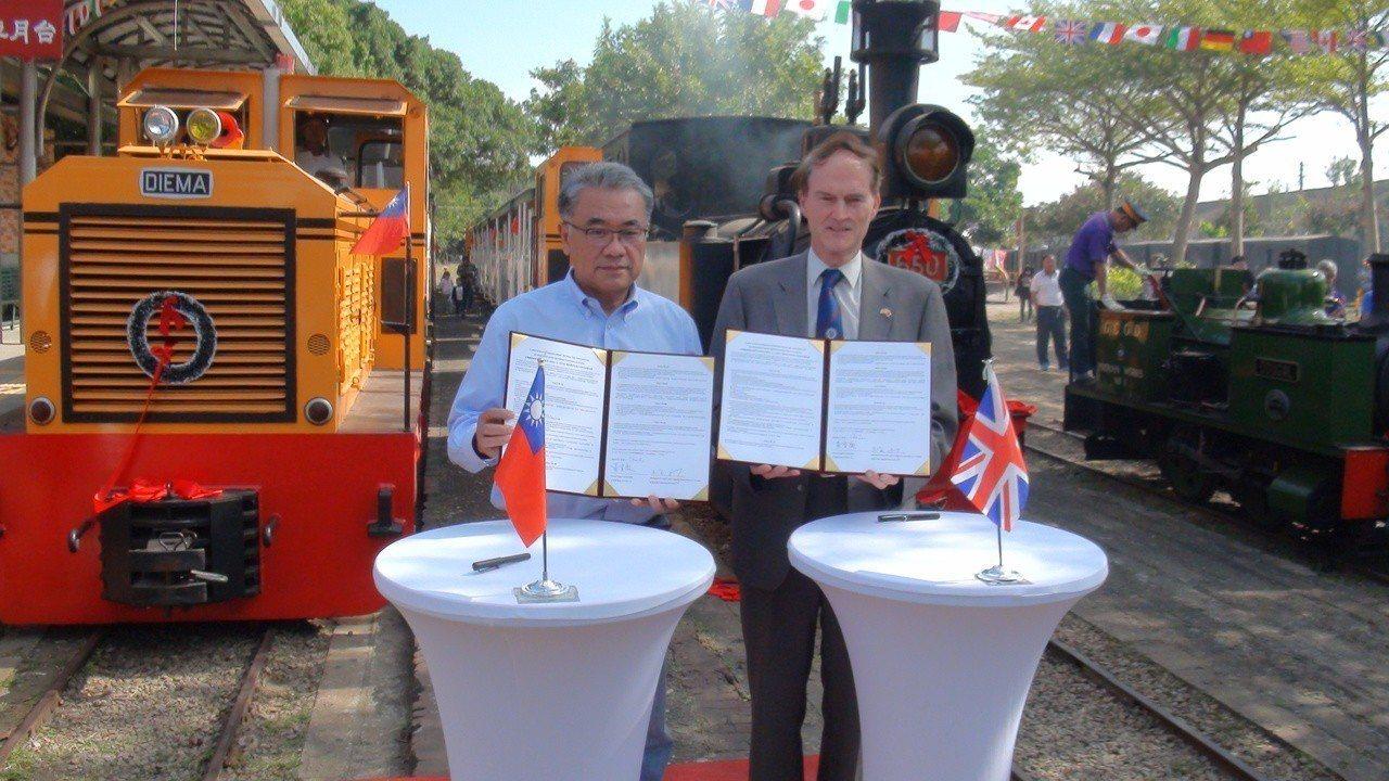 台糖董事長黃育徵( 左)與英國W&LLR公司秘書長麥瑞禮(右) 代表簽署姊妹鐵道...