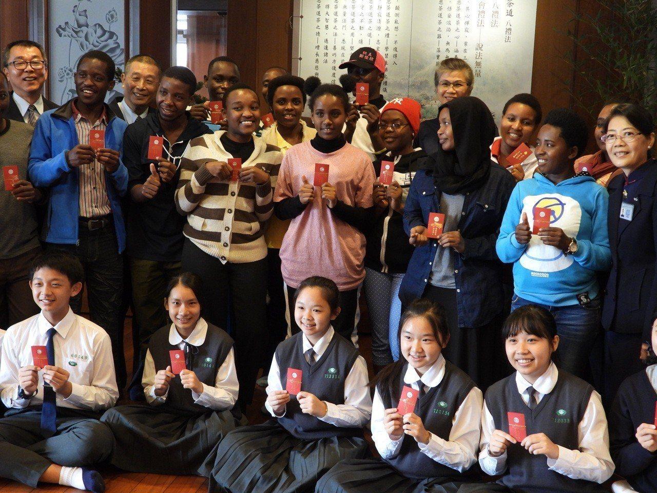 非洲學生感謝慈濟志工關懷,收到歲末祝福紅包很開心。