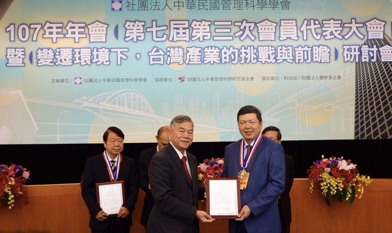 貿協秘書長葉明水(右)獲頒李國鼎管理獎章。左為經濟部部長沈榮津。圖/貿協提供