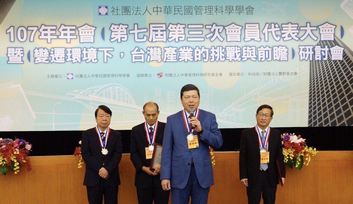 貿協秘書長葉明水獲頒李國鼎獎章,發表得獎感言。圖/貿協提供