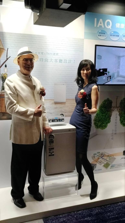 和泰興業董事長蘇一仲(左)跟大金空調全新的空氣清淨機代言人蘇加璐博士(右),共同...