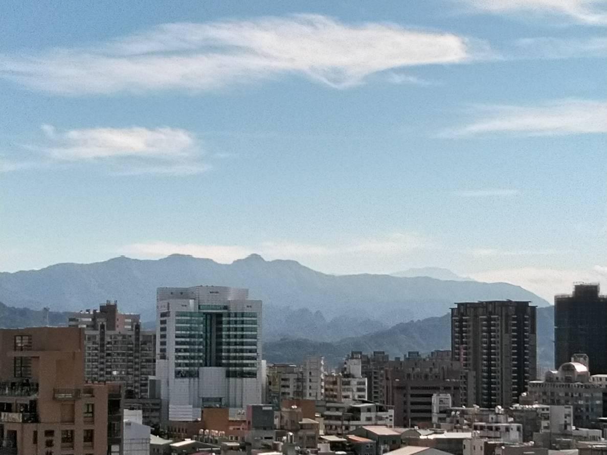 台中市的空汙減緩,除了天空變藍,遠山也都清晰可見。記者黃寅/攝影
