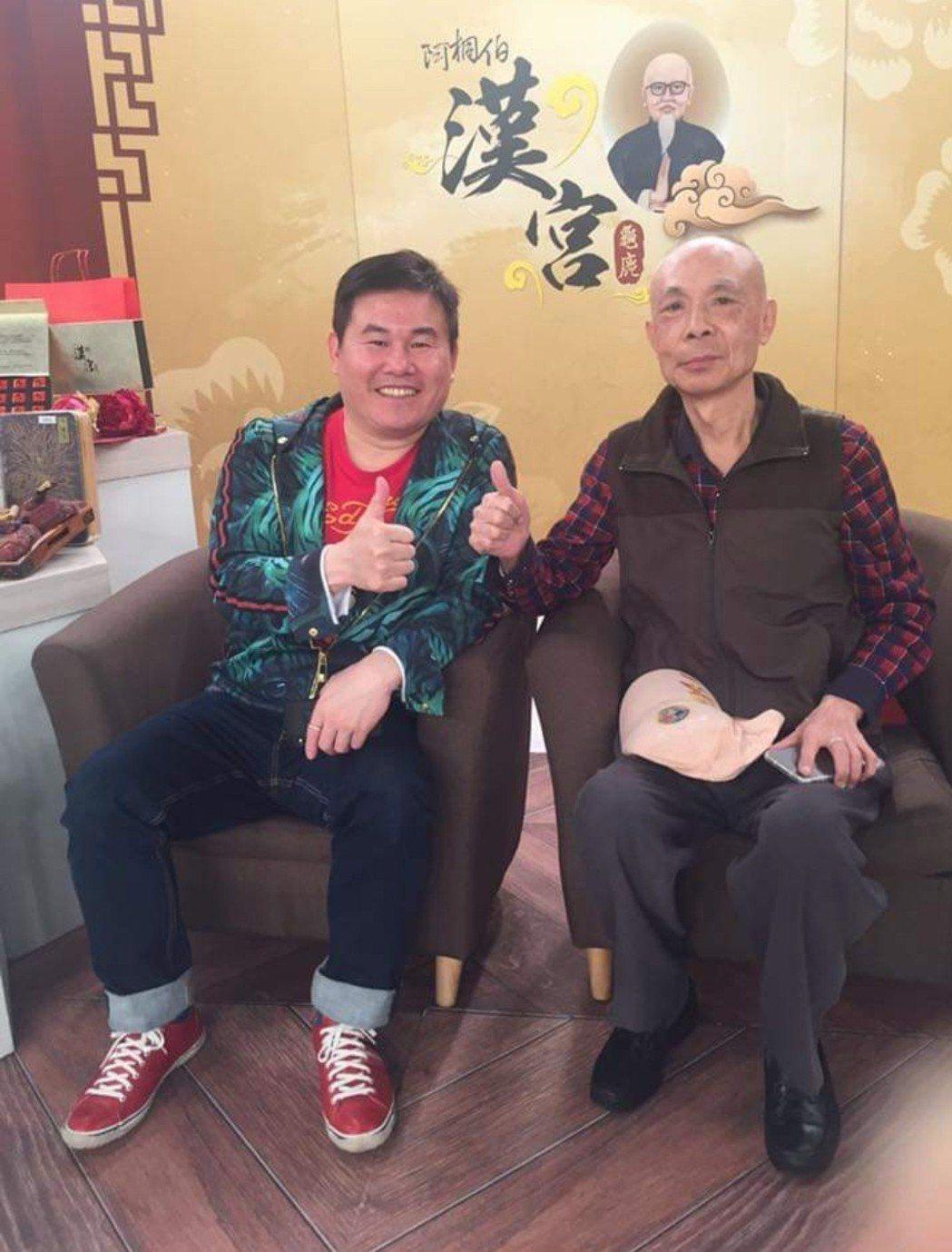 劉俊耀年初在購物台與阿桐伯合照。圖/摘自擎天傳媒臉書
