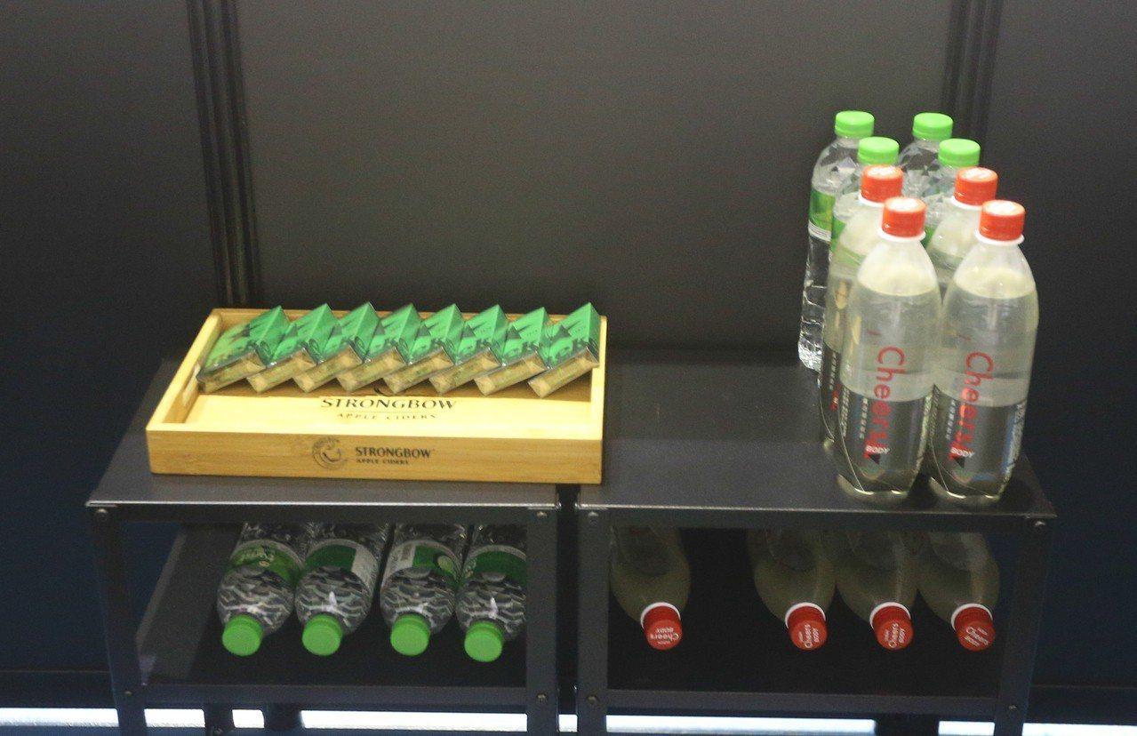 VIP特殊包廂提供飲料及餐點。記者黃仲裕/攝影