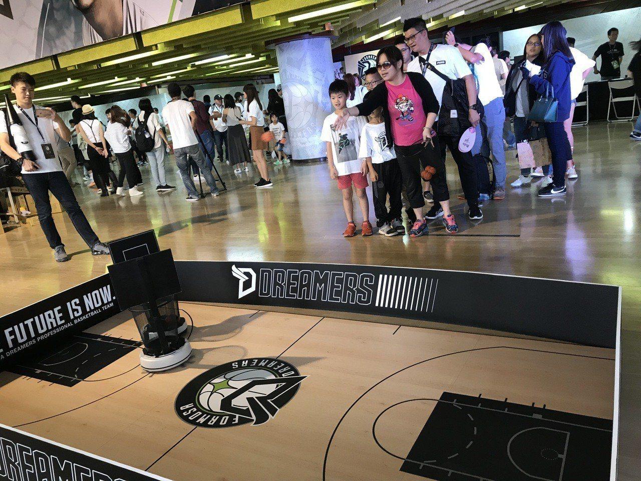 場邊有籃球小遊戲可讓球迷同樂。記者毛琬婷/攝影