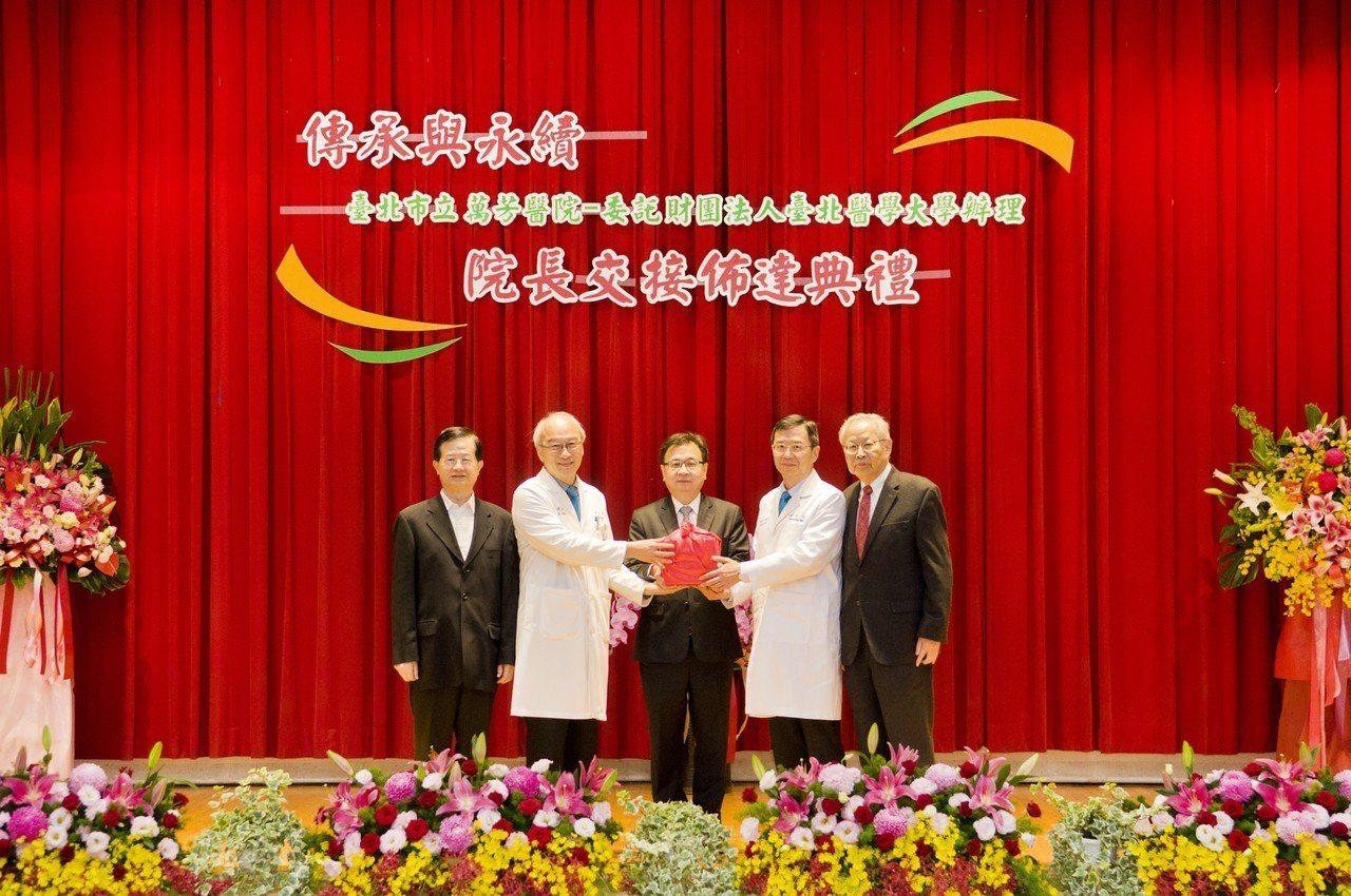 萬芳醫院院長連吉時(左二)將院長一職交接給新院長白冠壬(右二)。圖/萬芳醫院提供