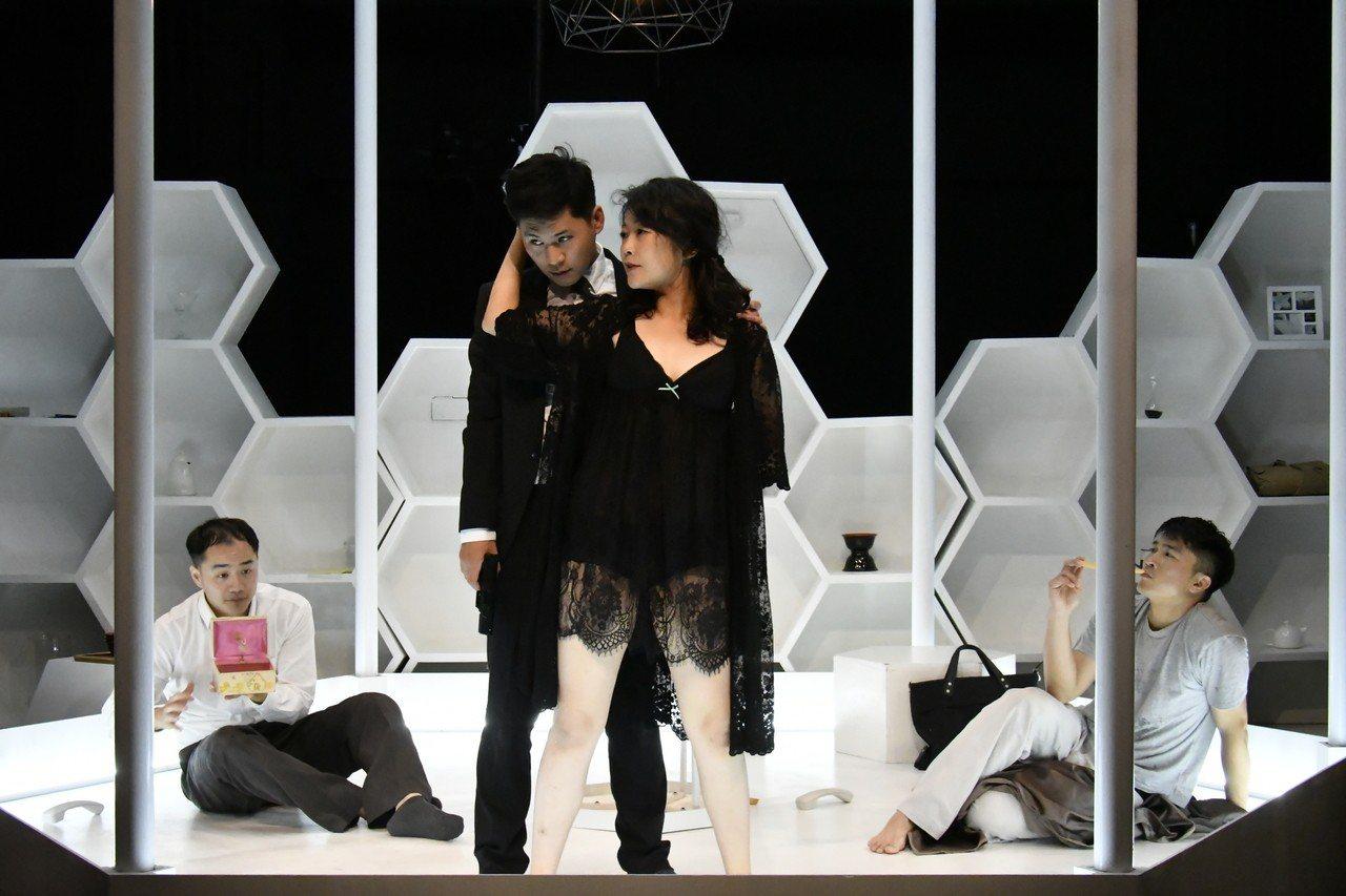 綠光世界小劇場首部作品「THE BEE狂蜂」。圖/綠光劇團提供