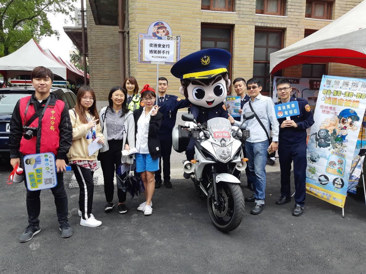 中山分局今在中山女高建校121年校慶暨園遊會,進行交通安全宣導。記者蕭雅娟/翻攝