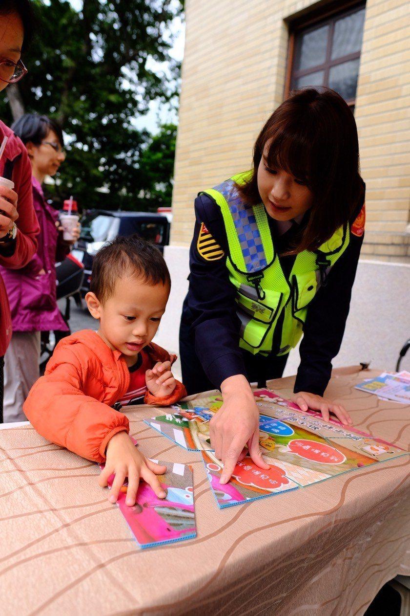中山分局正妹女警帶領小朋友闖關,學習交通安全觀念。記者蕭雅娟/翻攝