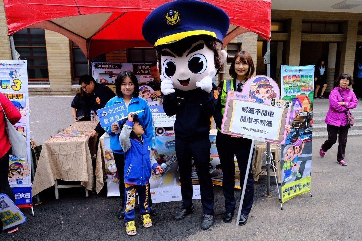 中山分局今在校園宣導交通安全。記者蕭雅娟/翻攝