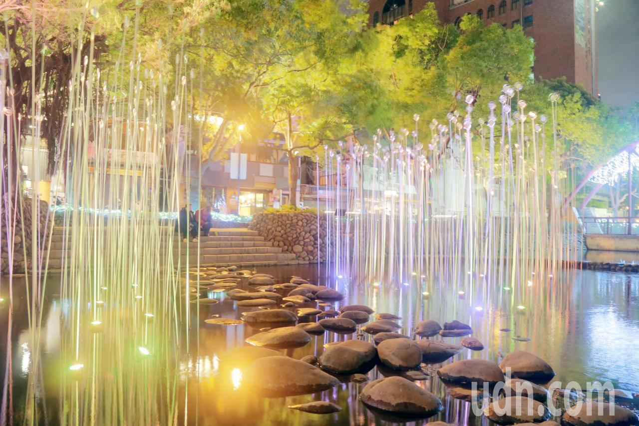 新竹護城河設置有裝置藝術,搭配燈光造景,讓人遊走時能賞藝術、放鬆心情。記者郭宣彣...