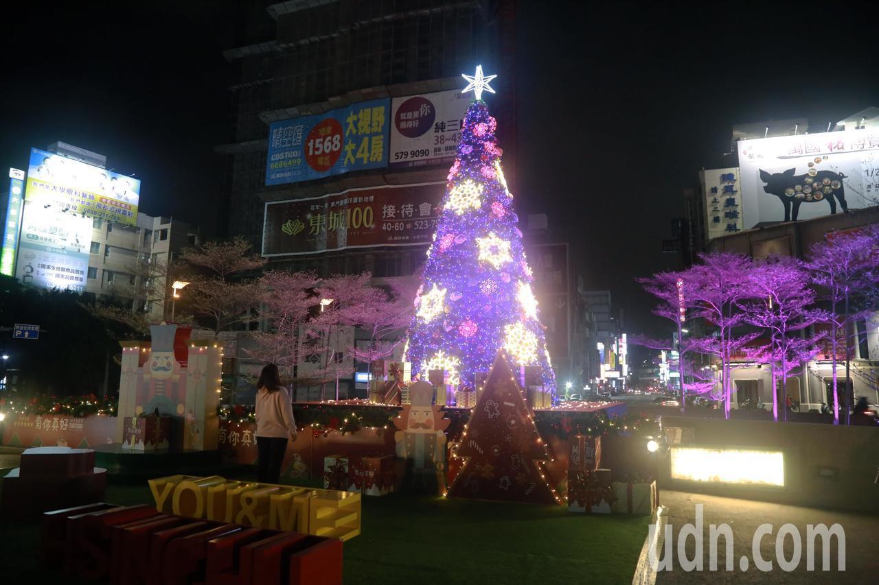 新竹東門圓環耶誕樹,也成為新竹亮點之一。記者郭宣彣/攝影