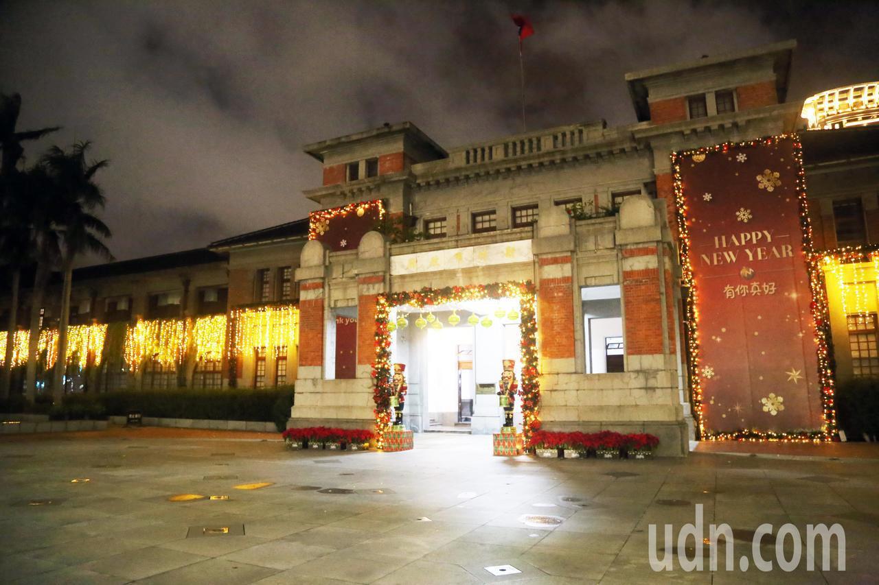 新竹市政府門面用大量燈飾妝點,在古色古香韻味中,增添浪漫、現代感。記者郭宣彣/攝...