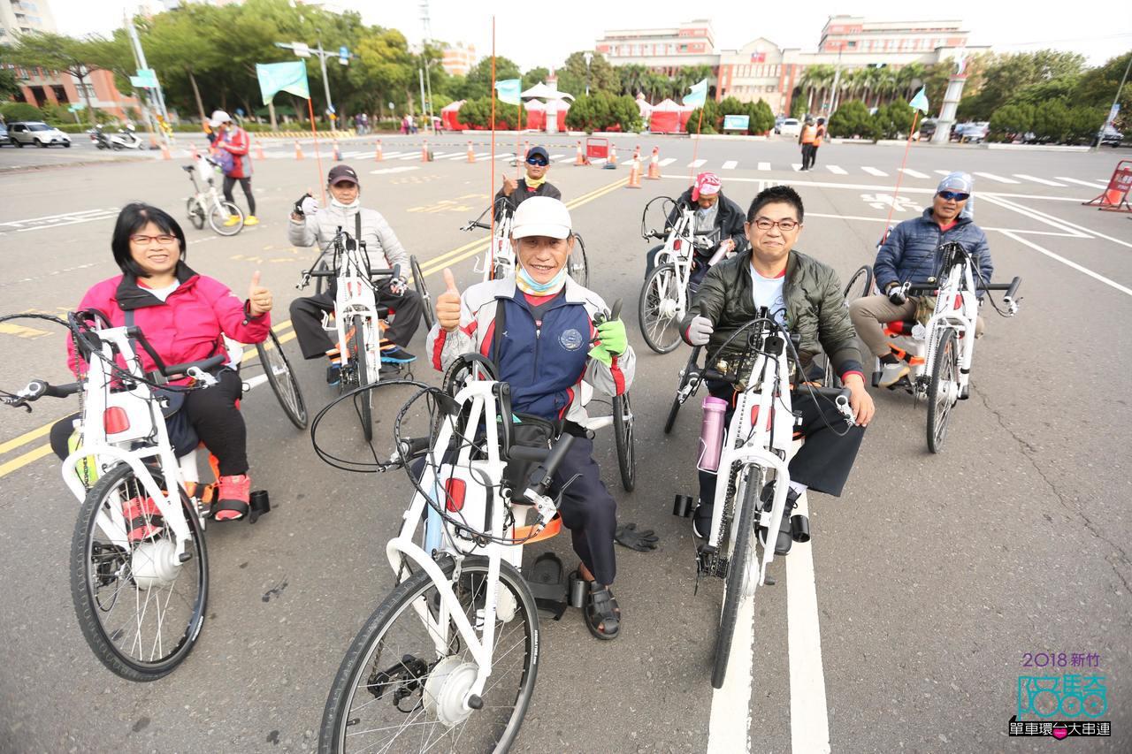 今天車隊中出現了一支特別的隊伍,由8位身障車友所組成的「飛颺車隊」。圖/中華基督...
