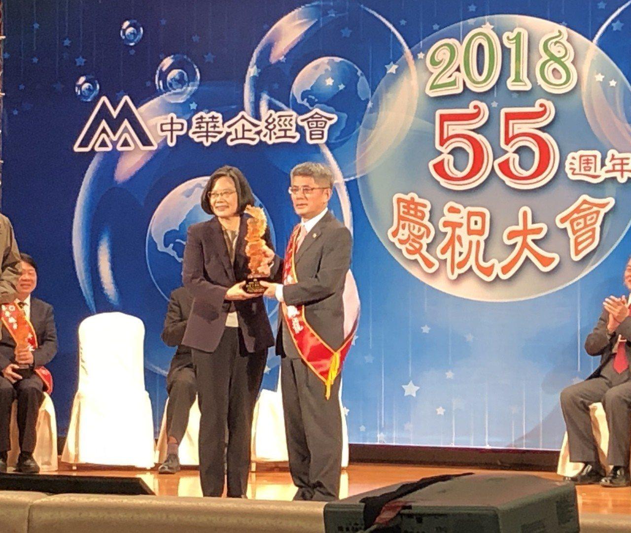 中租控股董事長陳鳳龍(右)獲總統蔡英文頒發國家卓越成就奬。記者宋健生/攝影