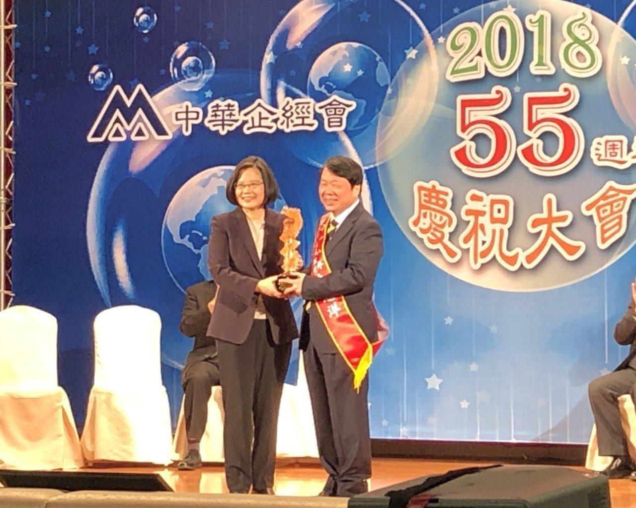 友嘉集團總裁朱志洋(右)獲總統蔡英文頒發國家卓越成就獎。記者宋健生/攝影