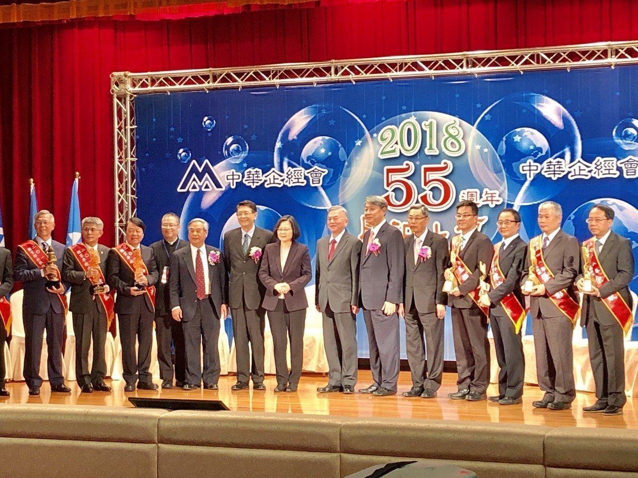 總統蔡英文(右八)與國家卓越成就奬、國家傑出執行長、國家傑出經理獎得獎人合影。記...