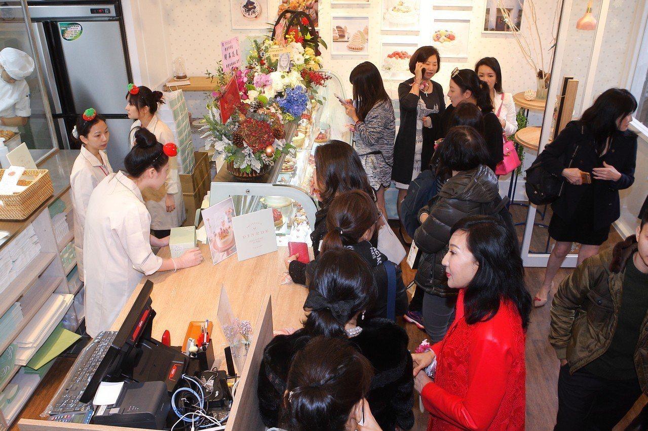 PINEDE市府店開幕第一日現場即擠滿VIP與粉絲。記者陳睿中/攝影
