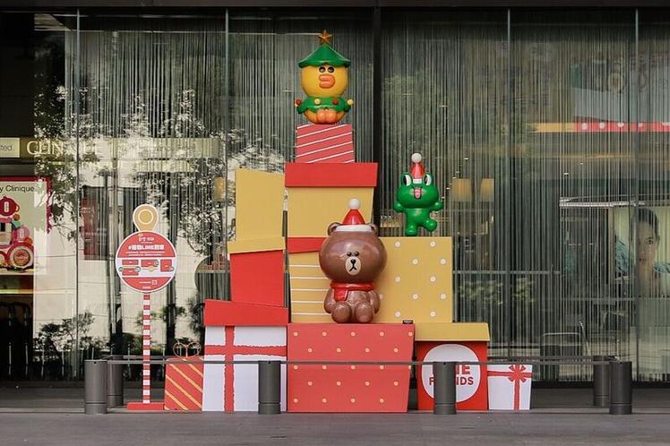 新光三越台北信義新天地A8一樓北大門裝置「禮物LINE到家」。圖/讀者提供