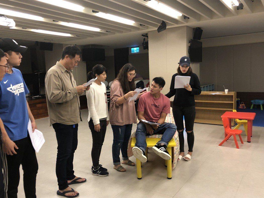 張睿家演出平安夜舞台劇,還身兼演員指導。圖/周子娛樂提供