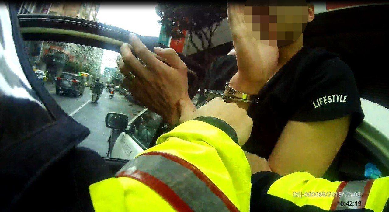 新北市朱姓男子徹夜K歌後,今天搭計程車回到永和區住處前,因車資與司機起口角爭執,...