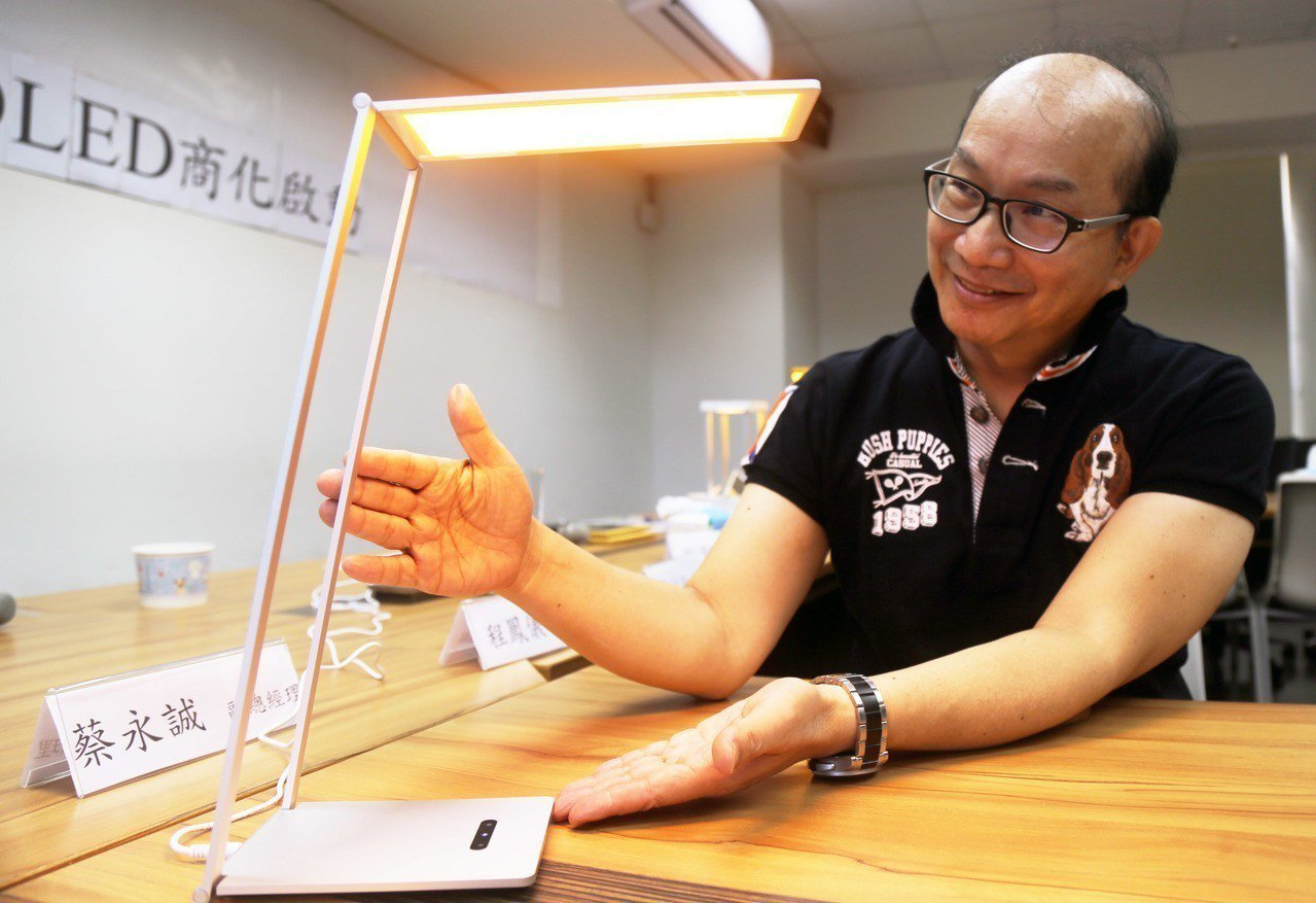 周卓煇發表燭光OLED,也分享防藍害的方法。記者郭宣彣/攝影