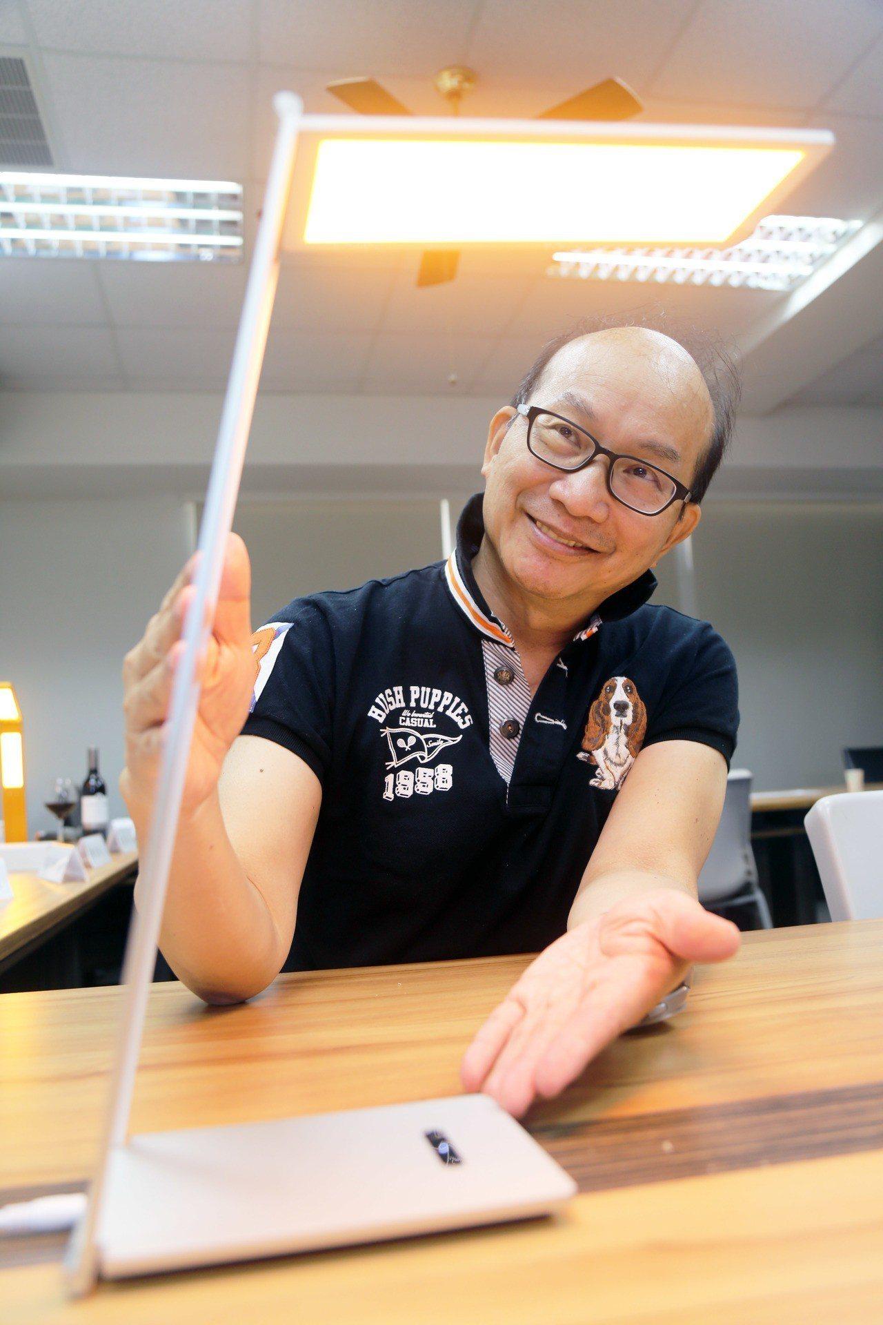 周卓煇發表的燭光OLED,如今正式商品化,昨展示全球第首盞燭光OLED台燈。記者...