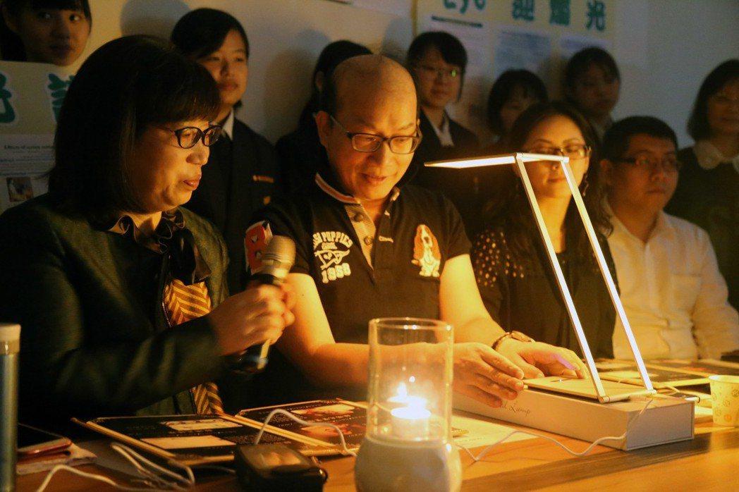 周卓煇(左二)發表的燭光OLED,如今正式商品化,昨展示全球第首盞燭光OLED台...