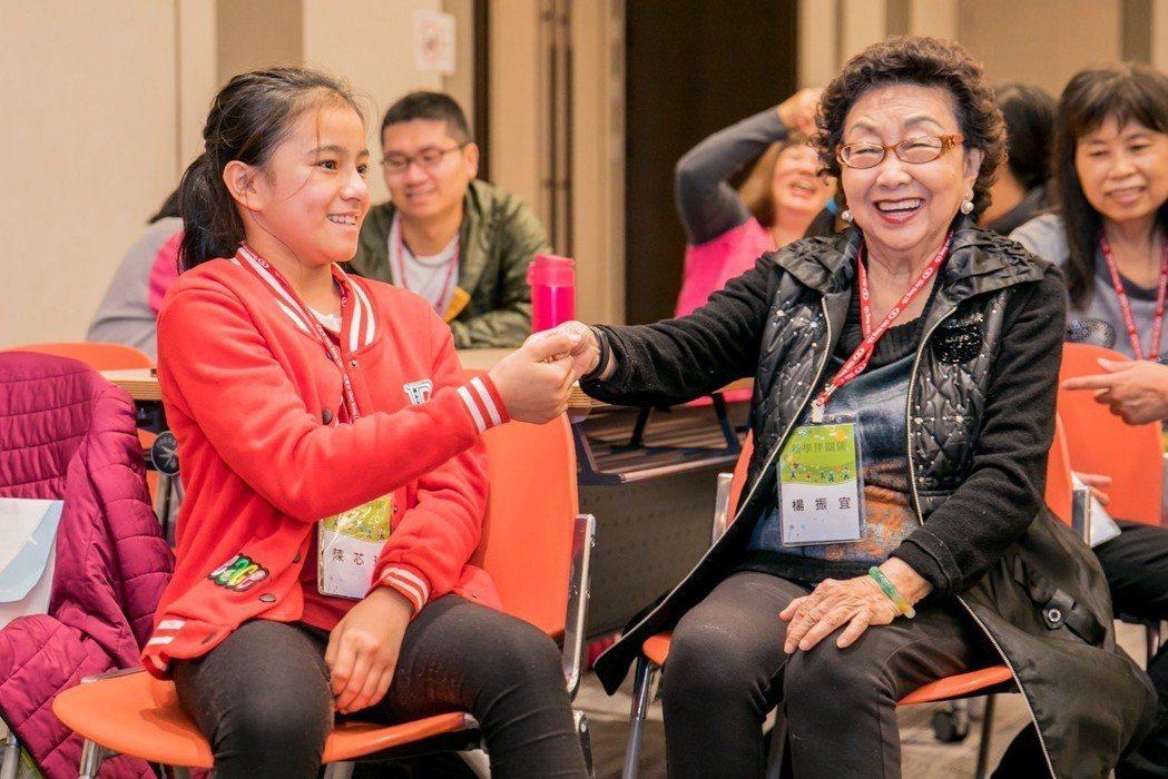 新光人壽慈善基金會發起「新學伴關係-大小筆友」行動,為75位偏鄉學童,依照個人志...