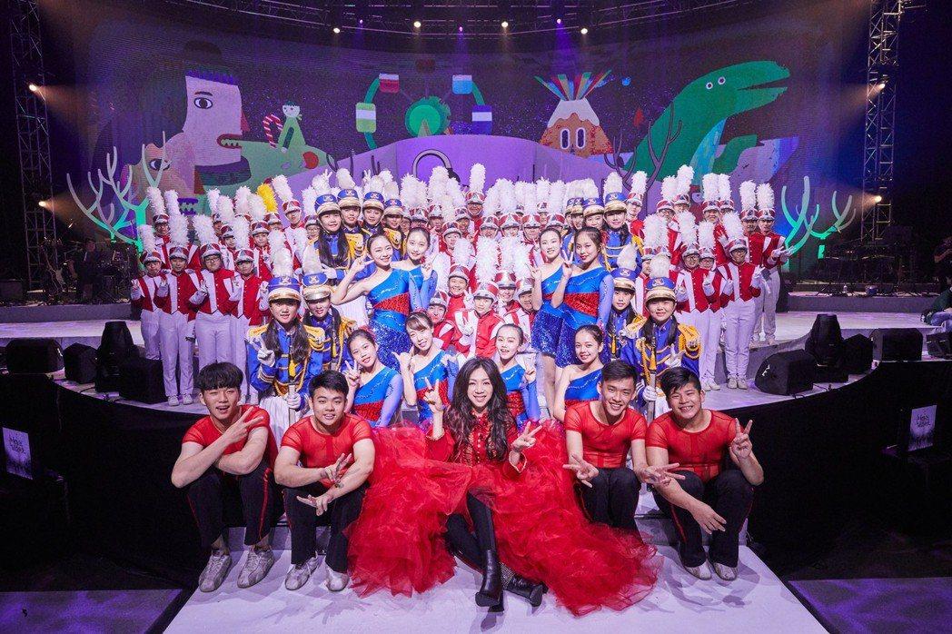 萬芳演唱會一開場共140人在台上氣勢開場。圖/聯成娛樂