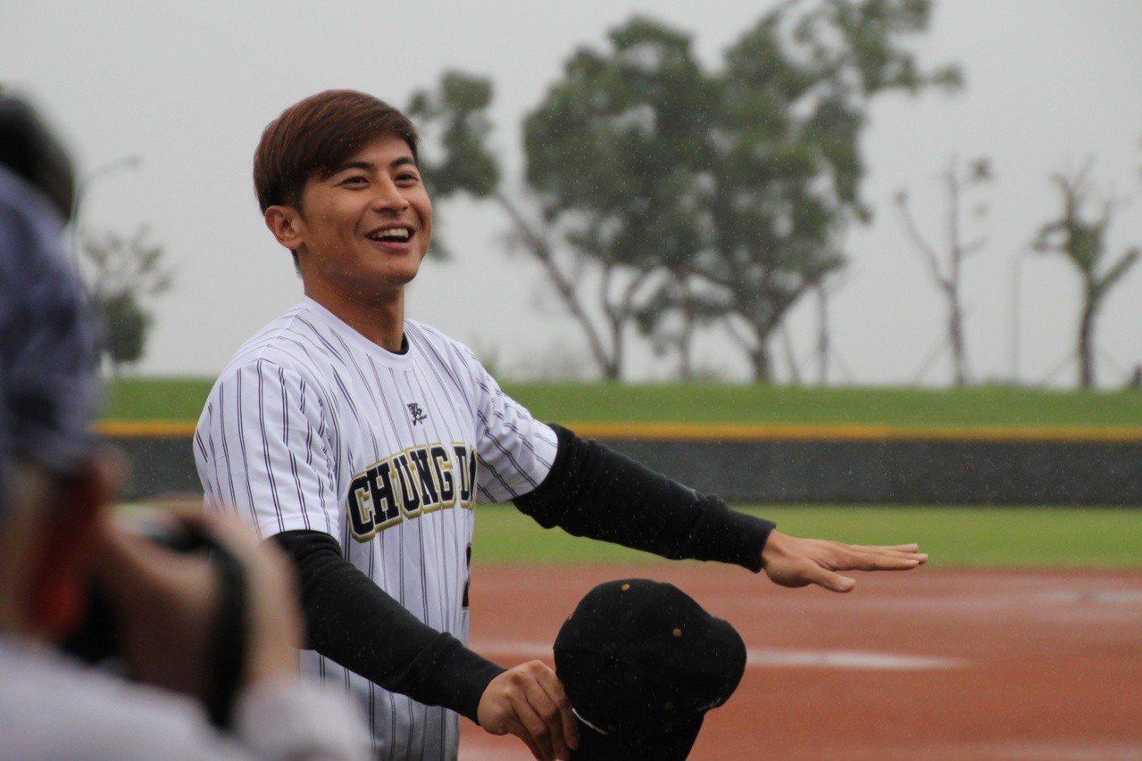 統一獅隊陳傑憲現身中道中學棒球隊首屆OB賽。記者葉姵妤/攝影