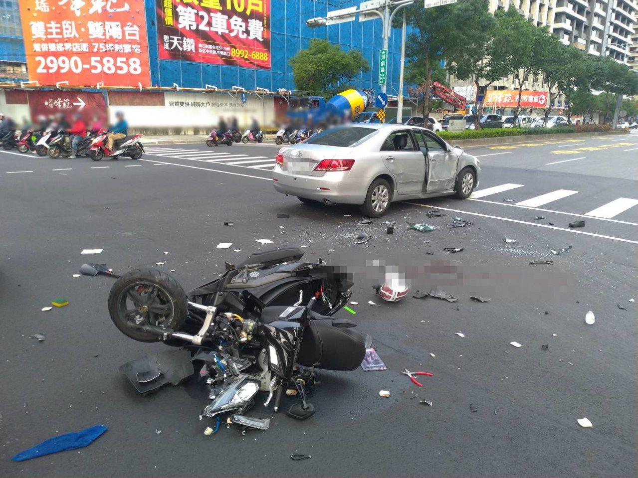 騎士騎乘的機車撞得支離破碎,慘變廢鐵。記者巫鴻瑋/翻攝