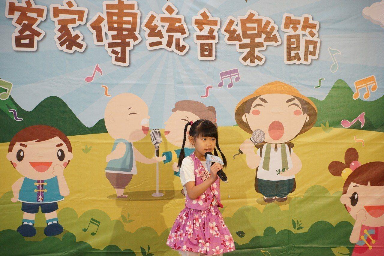 兒童組上場賣力演出,無論唱腔、肢體和表情都十分用心。記者鄭國樑/攝影
