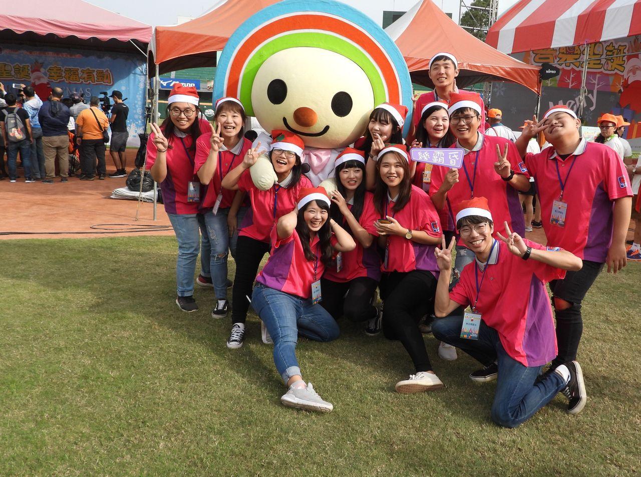 統一社福基金會舉辦「聖誕節公益活動」,會場非常熱鬧。記者周宗禎/攝影