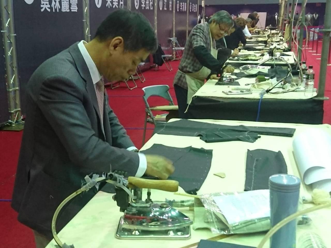 宜蘭縣政府今天在縣立體育館舉辦手工西服達人大賽,來自全國手工西服縫製的現職從業人...
