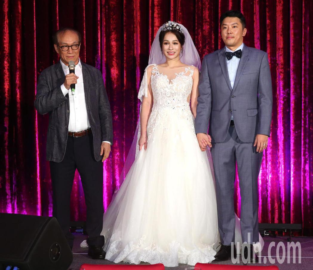 段鈞豪(右起)昨天和阿美族女神Gina結婚宴客,資深剪接師廖慶松證婚。記者林澔一...