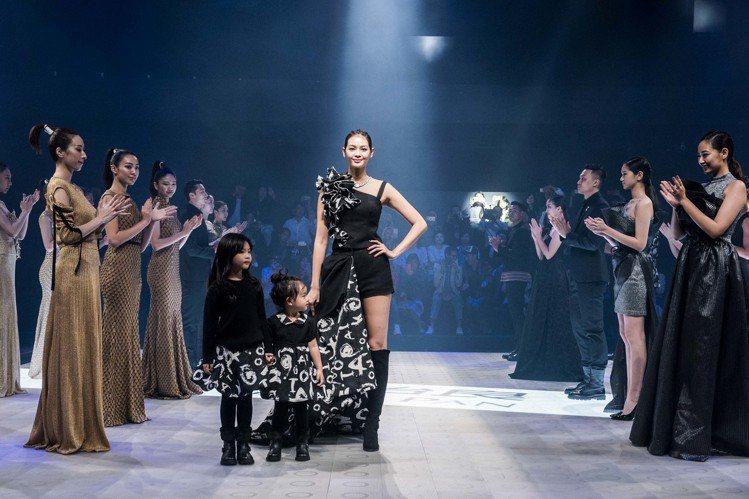 林嘉綺與女兒Kuku、沙沙,首次為潘怡良走秀。圖/台北時裝周提供
