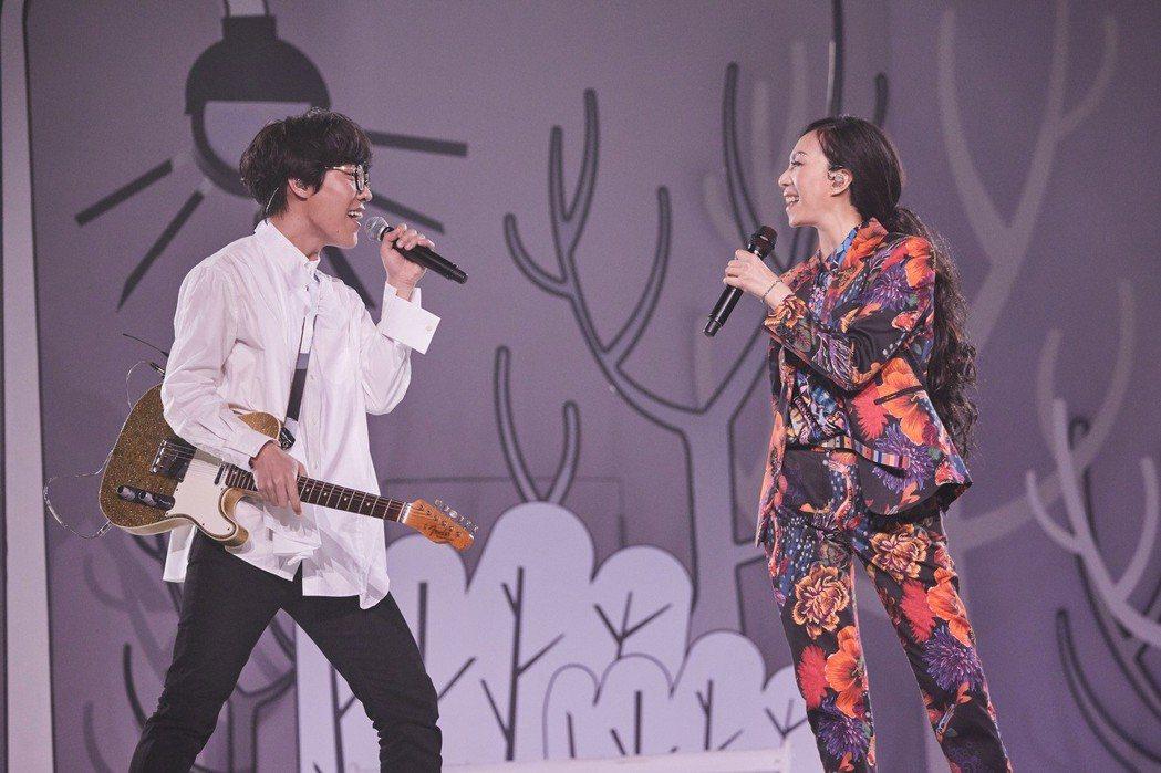 萬芳(右)邀來盧廣仲擔任高雄場嘉賓。圖/聯成娛樂提供