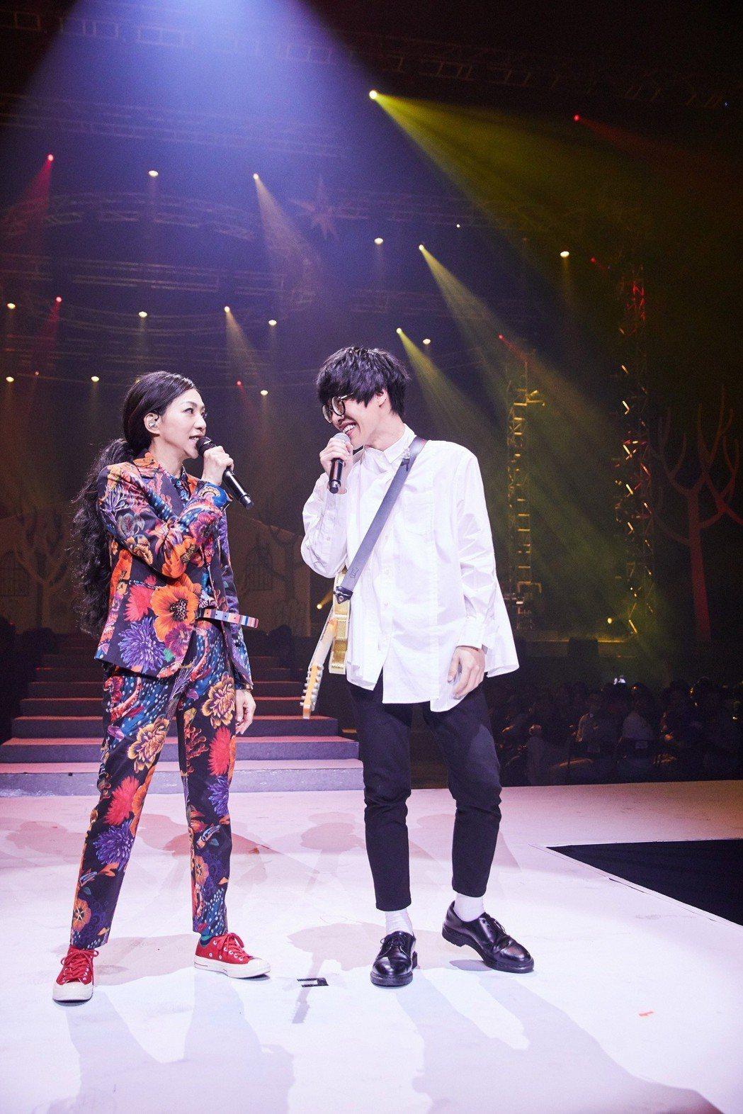 萬芳(左)邀來盧廣仲擔任高雄場嘉賓。圖/聯成娛樂提供