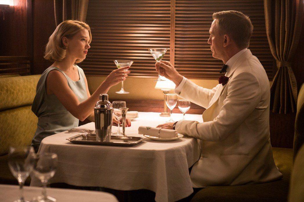 丹尼爾克雷格與蕾雅瑟杜在「007:惡魔四伏」中有浪漫對手戲。圖/摘自imdb