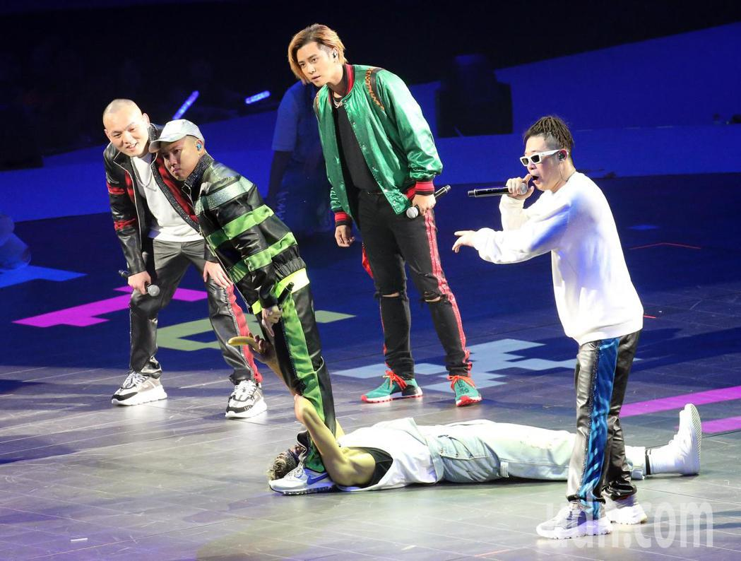 嘻哈樂團玖壹壹晚間在台北小巨蛋開唱,演唱會中場嘉賓「小豬」羅志祥(右二)現身舞台...