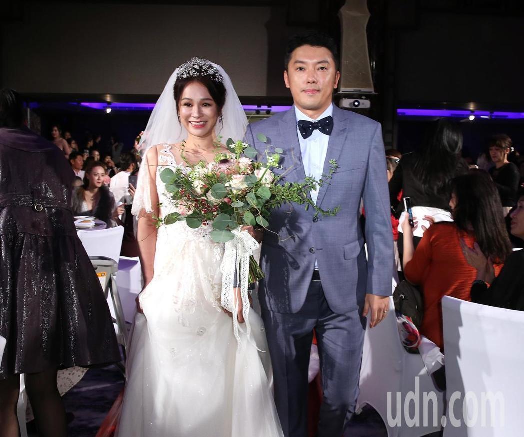 段鈞豪(右)和阿美族女神Gina今日結婚宴客。記者林澔一/攝影