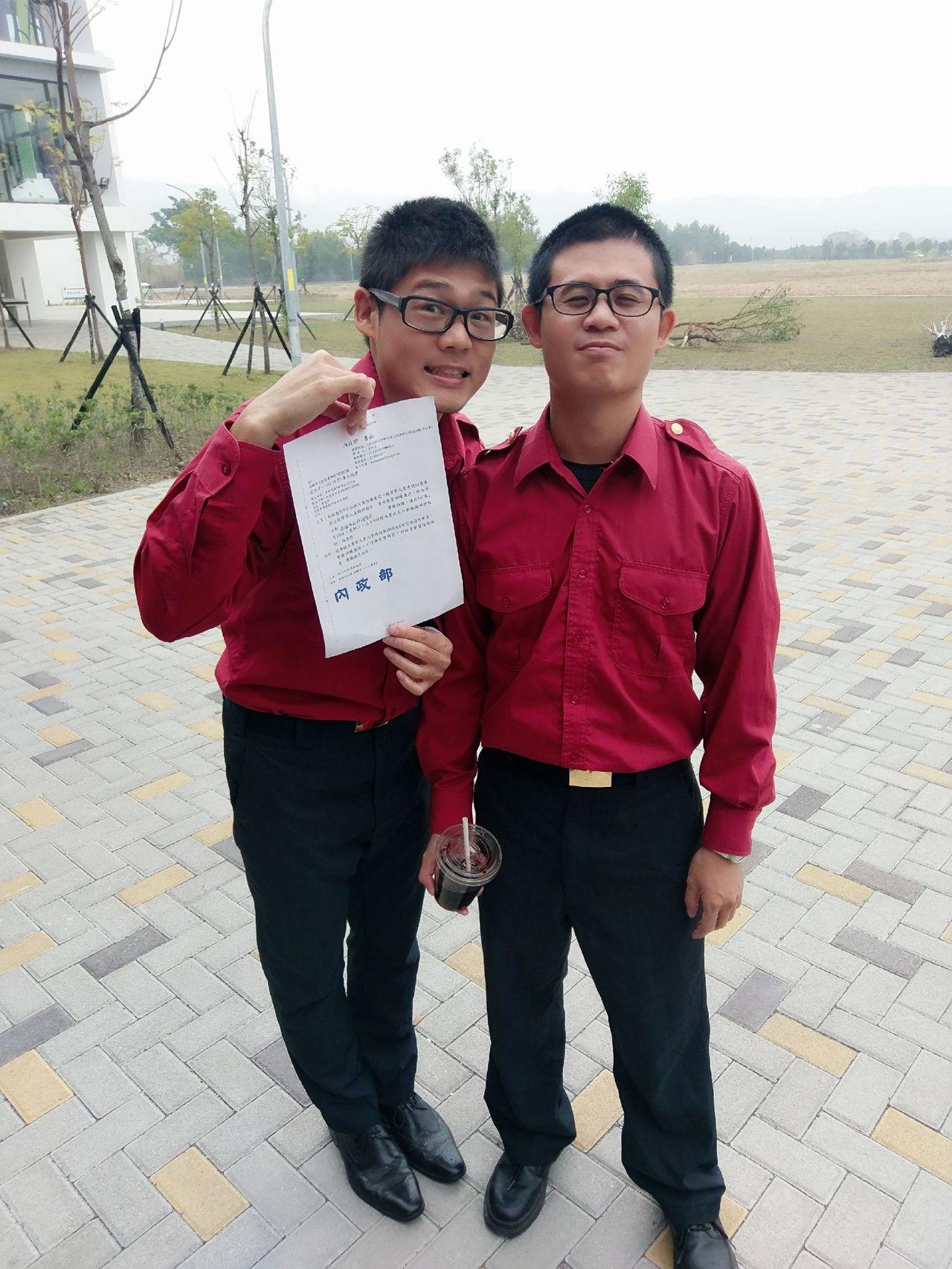 高市消防局新莊分隊隊員陳柏瑞(左)、在台中市消防局任職哥哥陳銘澤(右)、消防特考...