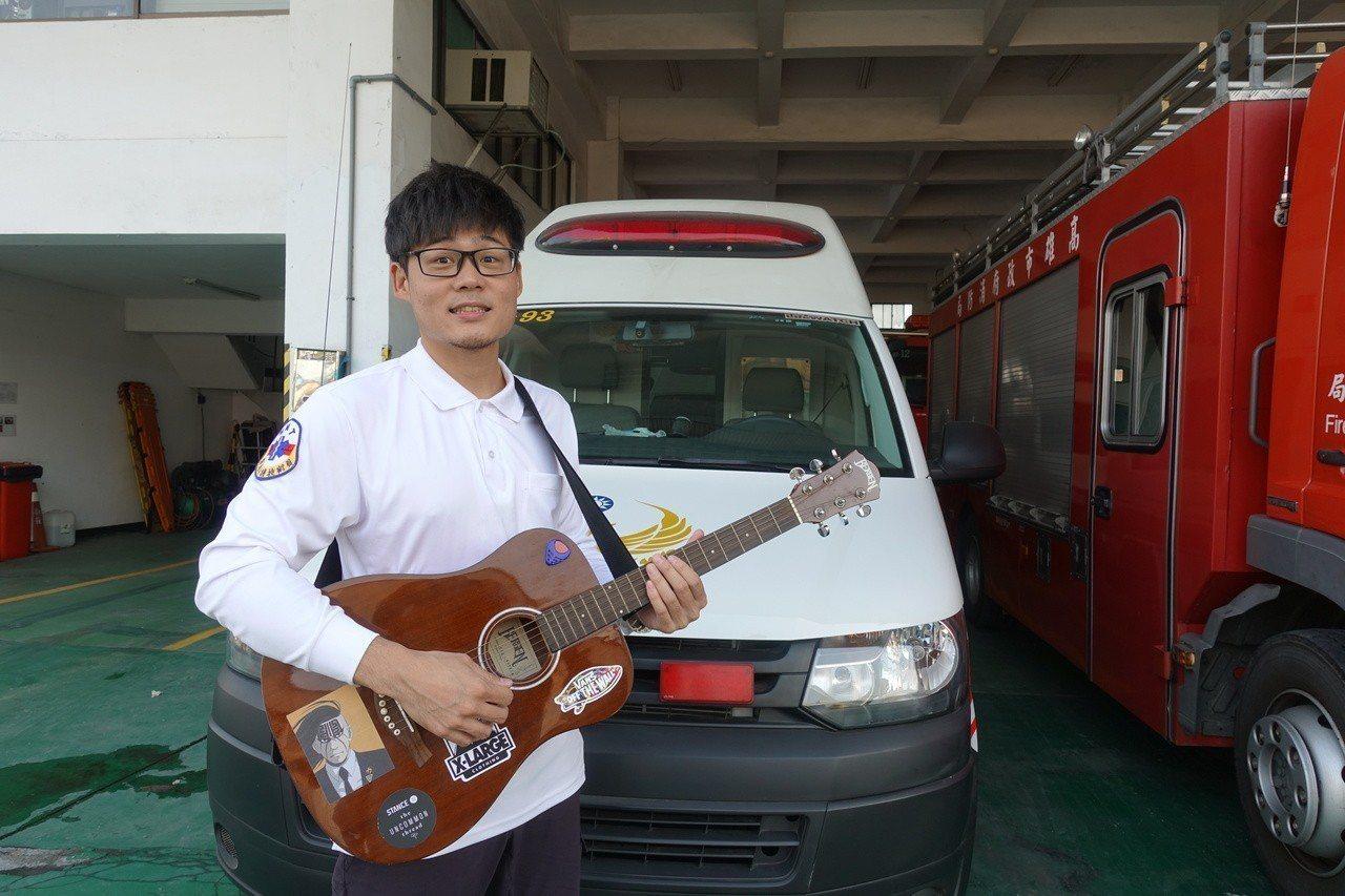 高市消防局新莊分隊陳柏瑞曾是樂團鼓手,將近一年跑救護日常,創作歌曲「救急青眼白龍...