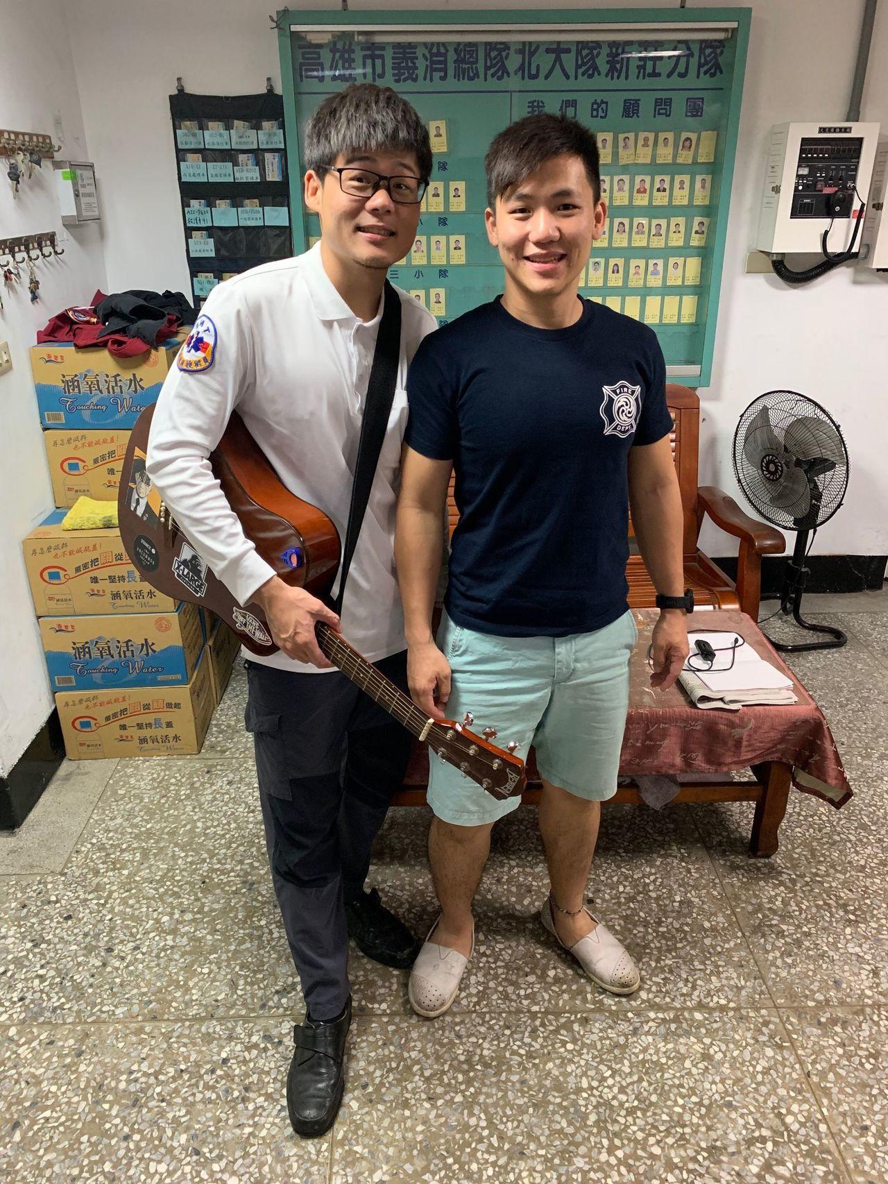 高市消防局新莊分隊隊員陳柏瑞(左)、在台中市消防局任職的哥哥陳銘澤、消防特考班同...