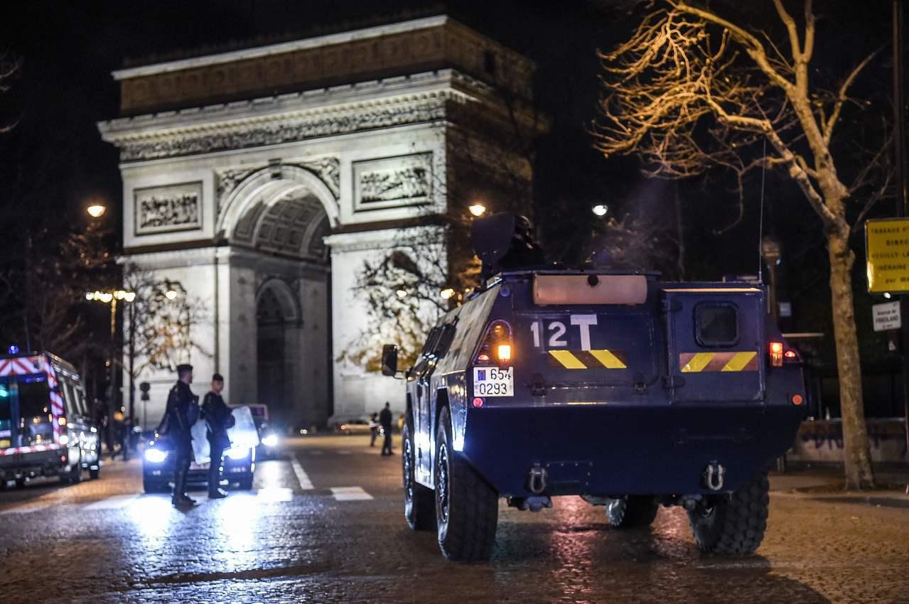 法國8日凌晨將裝甲車和重武裝部隊「國家憲兵」部署在凱旋門附近,防止黃背心示威者暴...