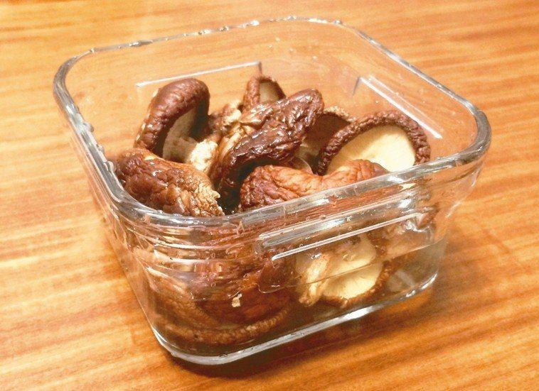 清炒段木香菇